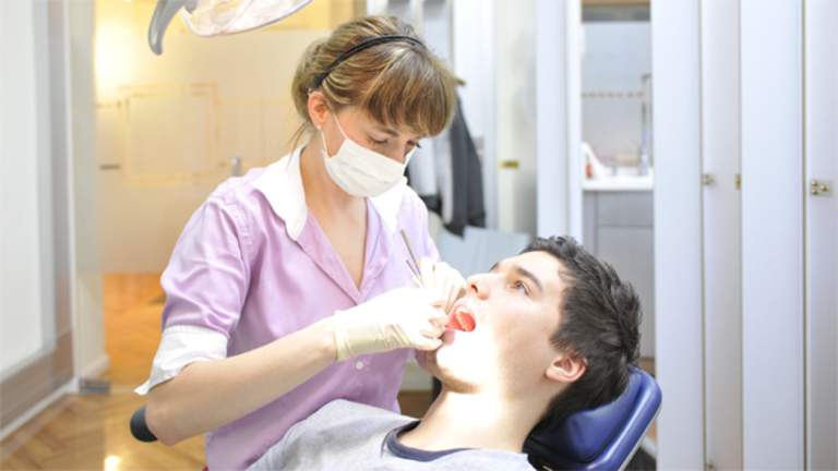 Jugendliches Aussehen dank Zahnprophylaxe